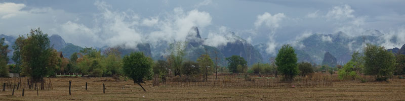 Loop-in-Laos-Karstberge-panorama