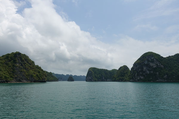 Reisebericht Vietnam Sehenswürdigkeiten Halong Bay Han La Bay und Cat-Ba Mittag-zwischen-Lan-Ha-Bay-und-Halong-Bay