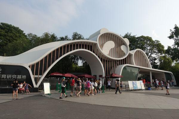 Pandabären in Chengdu Pandaaufzuchtsstation Eingangstor