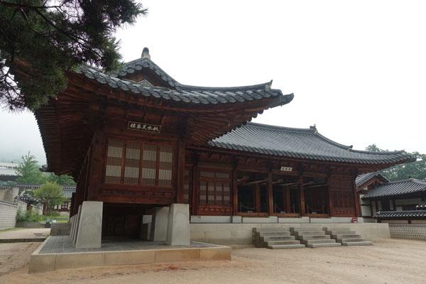 Seoul Sehenswürdigkeiten Gyeongbokgung Palace Geoncheonggung Palace Hyangwonjeong Pavilion