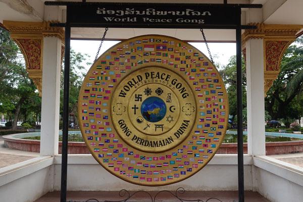 Reisebericht Laos Sehenswürdigkeiten Vientiane-World-Peace-Gong