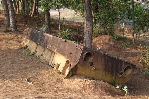 Reisebericht Laos Sehenswürdigkeiten Ebene-der-Tonkruege-russischer-Panzer