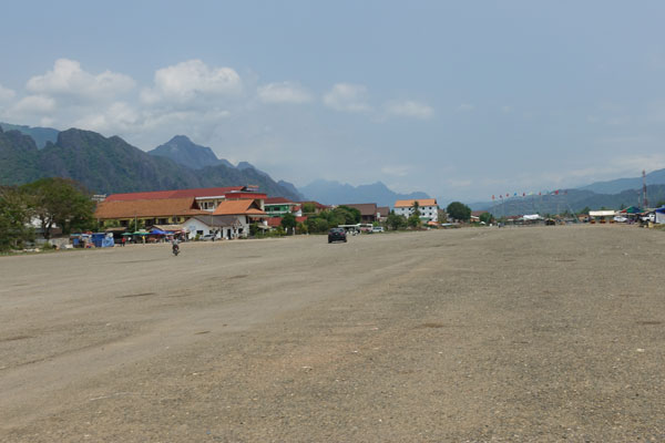 Reisebericht Laos Sehenswürdigkeiten Vang-Vieng-Laos-Stadtbild-Airstrip
