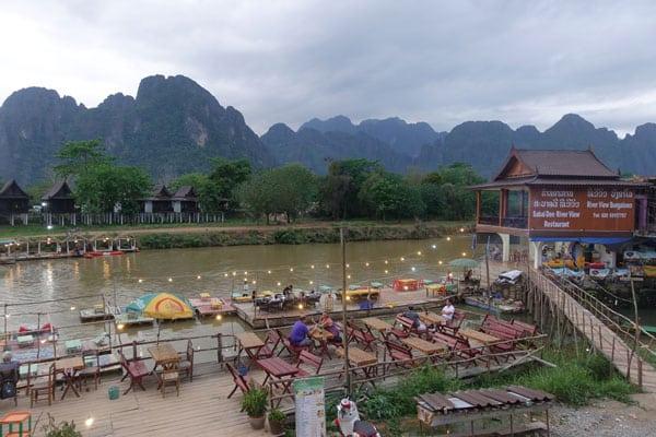 Reisebericht Laos Sehenswürdigkeiten Vang-Vieng-Laos-Stadtbild-am-Nam-Xong-River