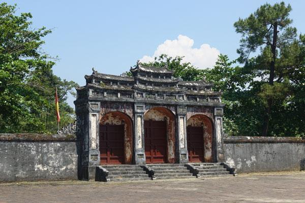 Reisebericht Vietnam Sehenswürdigkeiten Hue Minh Mang Tomb Eingangstor