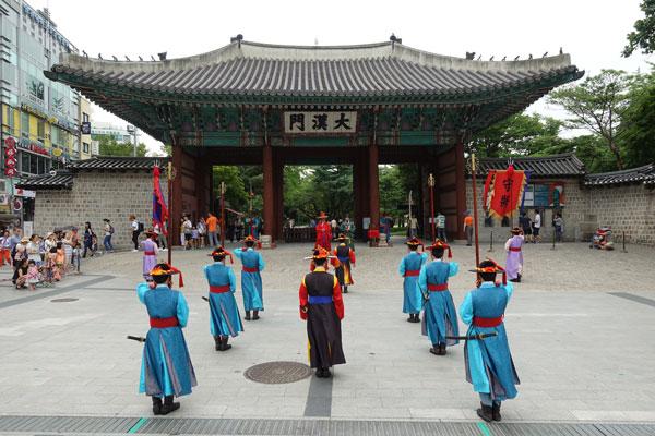 Seoul Sehenswürdigkeiten Deoksungung Palace Wachwechsel