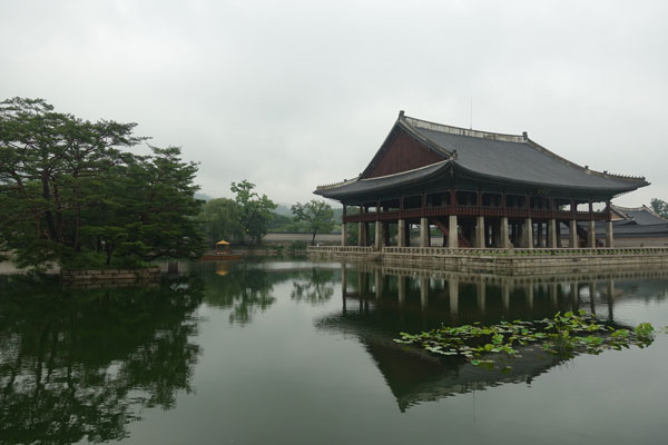 Seoul Sehenswürdigkeiten Gyeongbokgung Palace Gyeoghoeru Pavilion