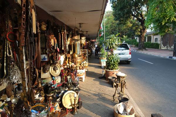 Jakarta Sehenswürdigkeiten Antikflohmarkt Jalan Surabaya